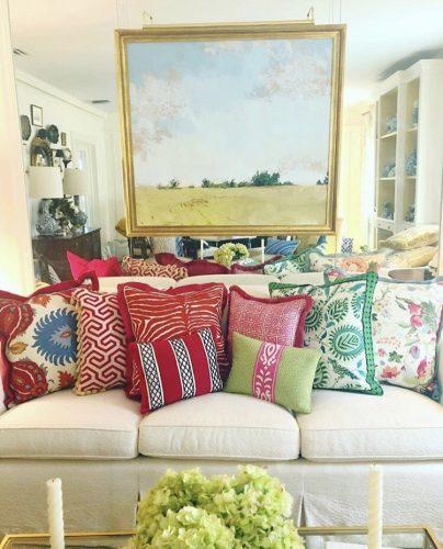 Misturas de estampas nas almofadas em um sofá branco.