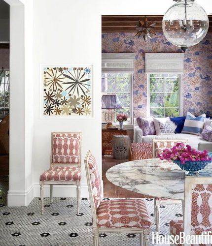 Mistura de estampas na decoração. Parede , almofadas , sofá e cadeiras em tecidos diferentes