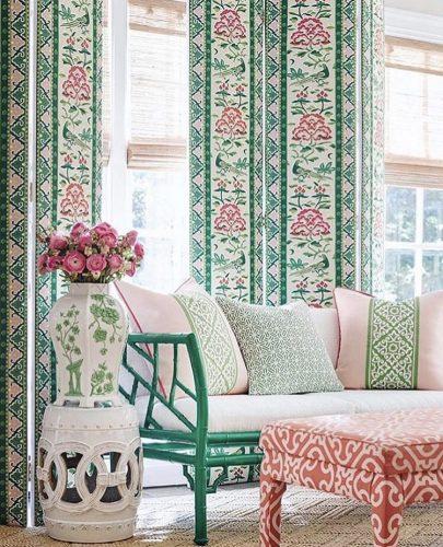 Mistura de estampas na decoração. Estampas diferentes  na cortina, puff e almofadas, mas a mesma base de cor.