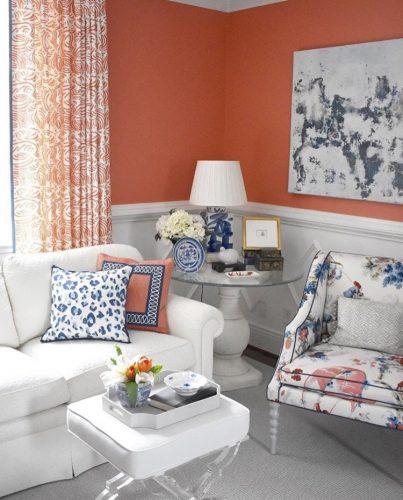 Mistura de estampas na decoração, cortina, poltrona e almofadas com estampas diferentes mas com a mesma base de cor.
