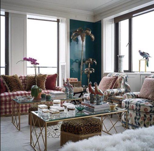 Mistura de tecidos na decoração, sofá xadrex, puff com estampa animal e poltronas estampadas .
