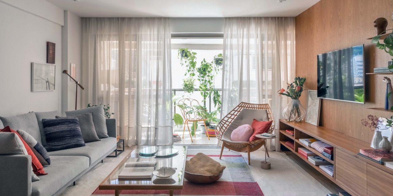 Apartamento colorido projetado para ser a morada no Rio de uma família paulista