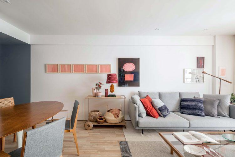 Apartamento em botafogo, sofá cinza e paredes brancas