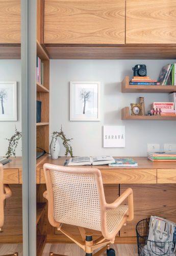 Home office em madeira e cadeira de palhinha
