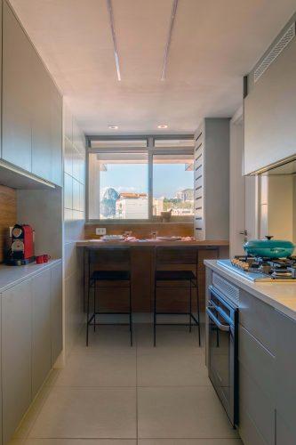 Cozinha com bancada alta na janela