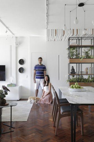 Foto  de recém casados, sala com piso de tacos e decoração clara