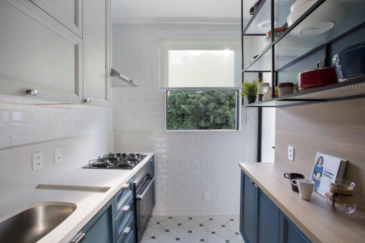 Apartamento de recém-casados no Jardim Botânico, cozinha com armários azul e branco