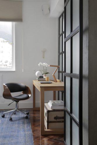 Apartamento de recém-casados no Jardim Botânico, esquadria preta com porta de correr, separa o escritório da sala.