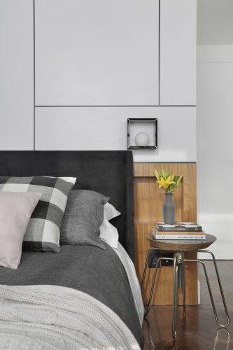Apartamento de recém-casados no Jardim Botânico. Quarto de casal com painel em laca branca na parede da cama e cabeceira em madeira.