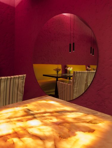 David Bastos assina restaurante Amado na CASACOR Bahia 2019, parede rosa com espelho redondo.