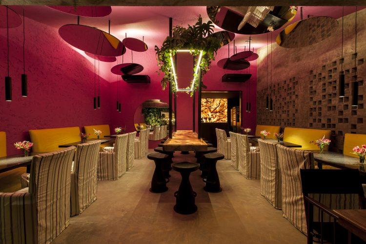 David Bastos assina restaurante Amado na CASACOR Bahia 2019 com cores chamativas, espelhos redondos no teto e cobogós