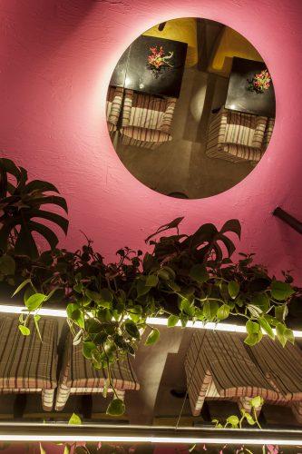 David Bastos assina restaurante Amado na CASACOR Bahia 2019. teto pintado de rosa com espelhos redondos.
