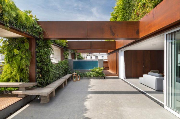Design Biofílico: Arquitetura que transforma a sua vida. Areá externa de um apartamento com paredes vivas.