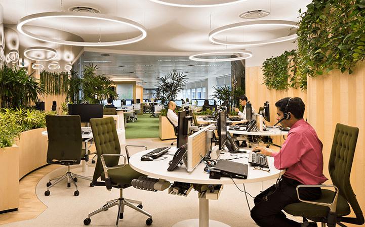 Design Biofílico: Arquitetura que transforma a sua vida. Espaço comercial, um escritório de banco com plantas e muito verde