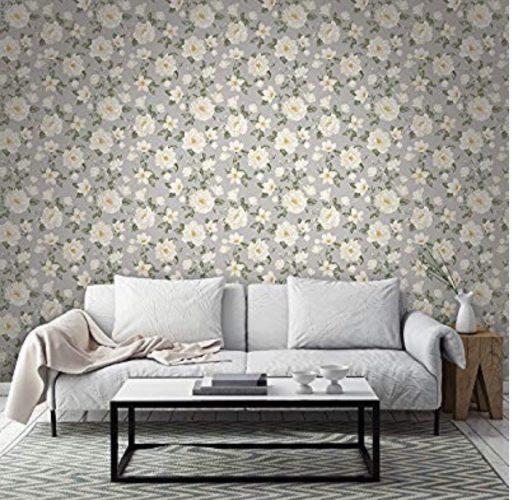 Parede aras do sofá com papel de parede estampado com flores