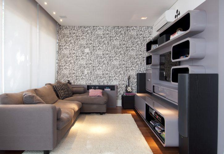 sala com sofá em l e papel de parede preto e branco na parede fundo