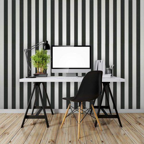 listras preto e branca no papel de parede aplicado na parede com uma bancada branca em frente
