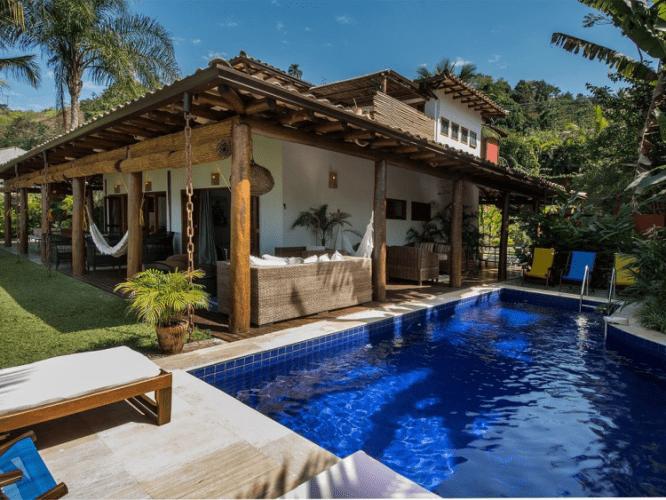 Casa rustica com rede na varanda e piscina
