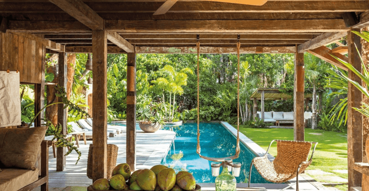 Jardim com piscina