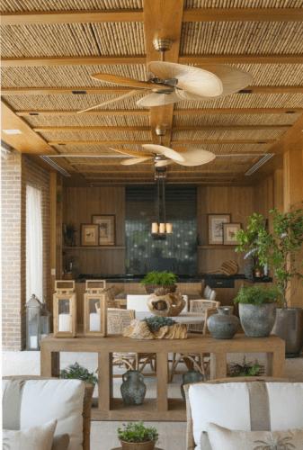 Varanda com teto de ripa de bambu e ventiladores