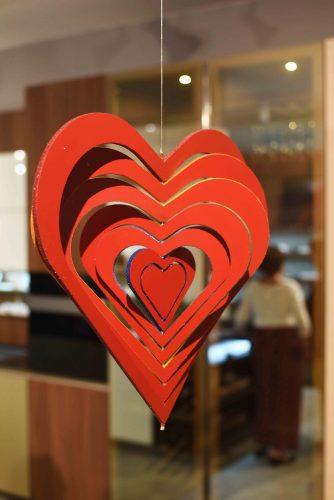 coração de madeira na cor vermelho recortado