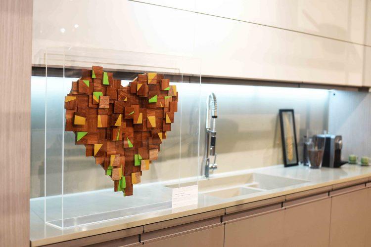 Coração de madeira enfeitado com pedaços de madeira.