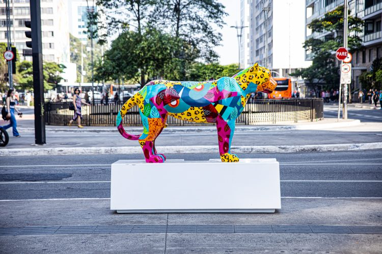 Esculturas de onças-pintadas que coloriram ruas e parques de São Paulo vão a leilão. Escultura nas ruas de SP