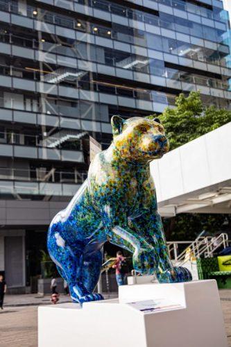 Esculturas de onças-pintadas que coloriram ruas e parques de São Paulo vão a leilão.