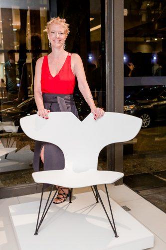 evento na loja em Ipanema, na foto com a cadeira branca Mariana Betting
