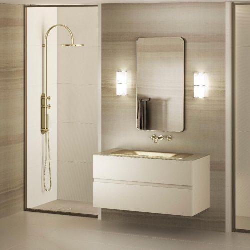 Banheiro com chuveiro, bancada branca e cuba dourada da linha Armani Casa.