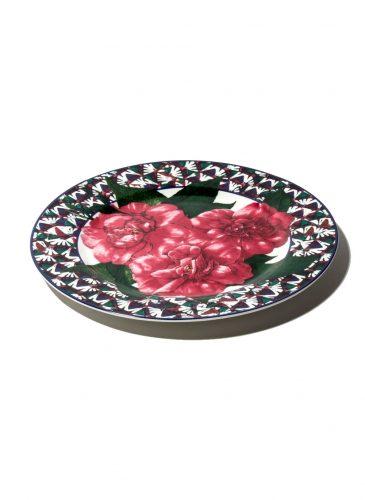 Prato com bordas  pretas e flores rosa no centro