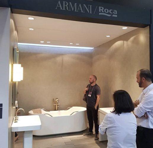 Na feira de revestimentos , stand da Roca com a banheira da linha Armani Casa.