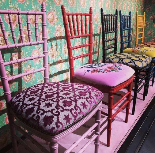 Cadeiras coloridas com tecidos estampados da grife italiana Gucci.