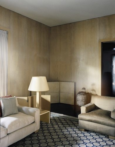 Sala com paredes douradas da grife Armani Casa.