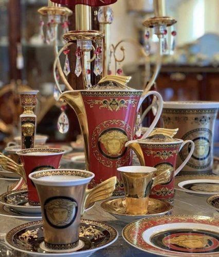 Jogo de bule e xícaras na cor vermelho e dourado da grife Versace