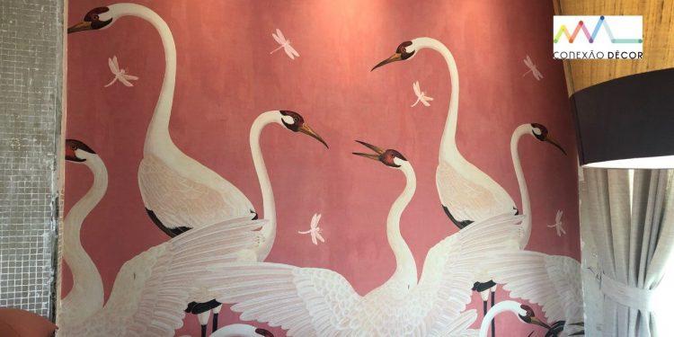 Papel de parede de fundo rosa com vários cisnes brancos, da grife italiana Gucci