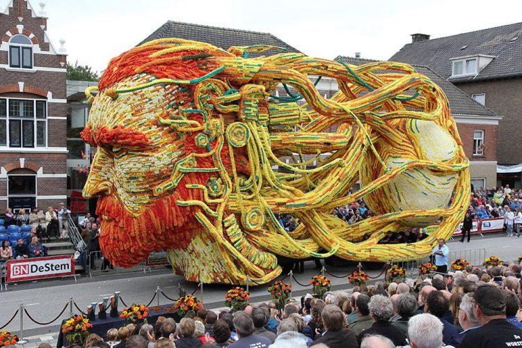 Um desfile na Holanda celebra Vincent van Gogh com carros alegóricos gigantes feitos de flores.