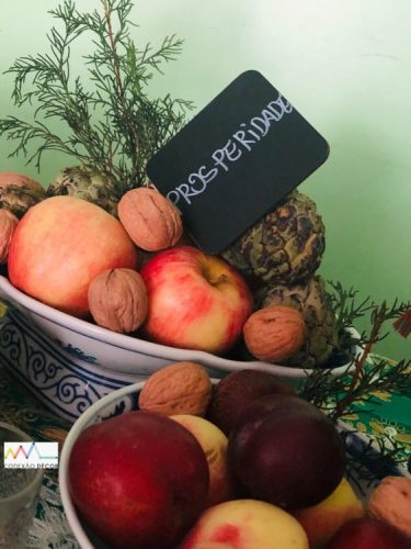 Mesa decorada com frutas e nozes. INSPIRAÇÃO E SUPER DICAS PARA A SUA MESA DE NATAL 2019