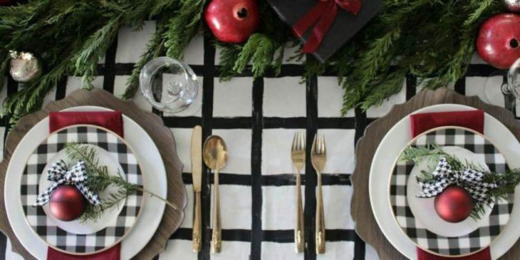 mesa de Natal com toalha e louça preta e branca. INSPIRAÇÃO E SUPER DICAS PARA A SUA MESA DE NATAL 2019