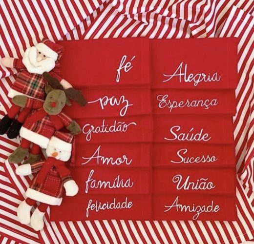 guardanapos vermelhos bordados com palavras amor, felicidade, gratidão.INSPIRAÇÃO E SUPER DICAS PARA A SUA MESA DE NATAL 2019