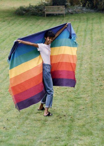 Maison&Objet , a maior feira de objetos, móveis e têxteis da Europa. Mulher segurando uma bandeira com as cores do arco-iris