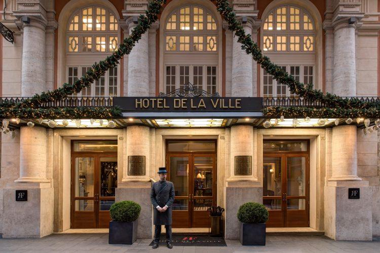 seis arvores de Natal mais luxosas do planeta.Missoni x Hotel de la Ville – Roma, Itália, foto da fachada do hotel