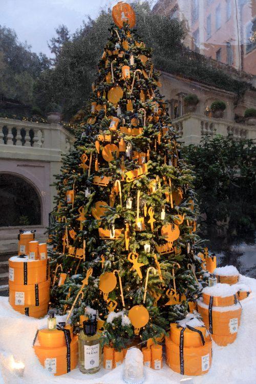 seis arvores de Natal mais luxosas do planeta.Acqua di Parma x Hotel de Russie – Roma, Itália com enfeites na cor da marca, laranja e ciaxas