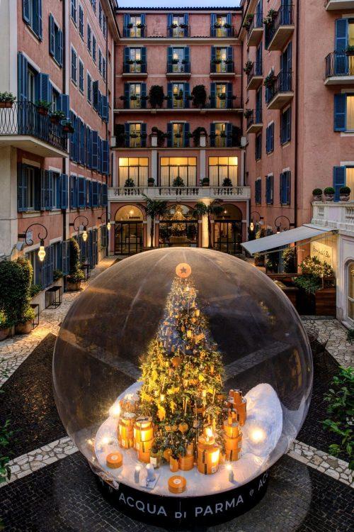 seis arvores de Natal mais luxosas do planeta.No meio do patio do hotel a arvore daAcqua di Parma x Hotel de Russie – Roma, Itália
