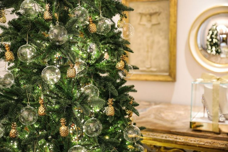 seis arvores de Natal mais luxosas do planeta.Aquazurra x Hotel Savoy - Firenze, Itália, com enfeites de abacaxi ,simbolo da marca
