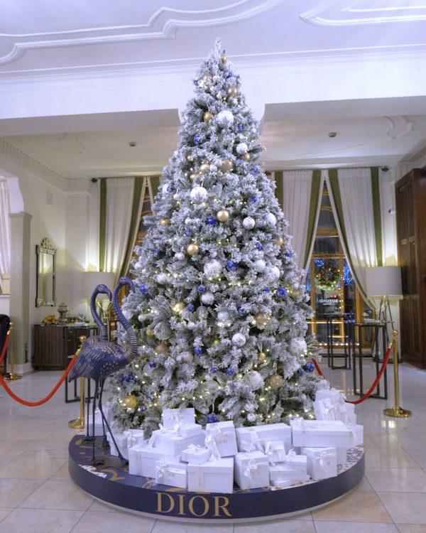 seis arvores de Natal mais luxosas do planeta.Dior x Hotel Astoria – São Petersburgo, Rússia, com bolas penduradas com o nome dior