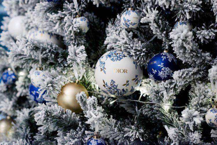 seis arvores de Natal mais luxosas do planeta.Dior x Hotel Astoria – São Petersburgo, Rússia, com bolas da marca Dior penduradas