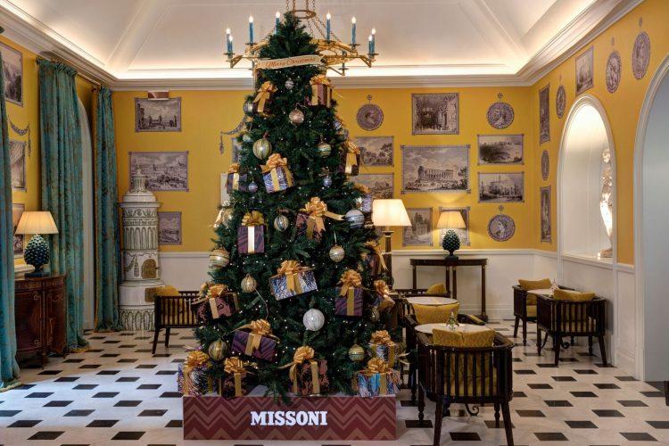 seis arvores de Natal mais luxosas do planeta.Missoni x Hotel de la Ville – Roma, Itália, arvore com presentes pendurados com a embalagem da marca
