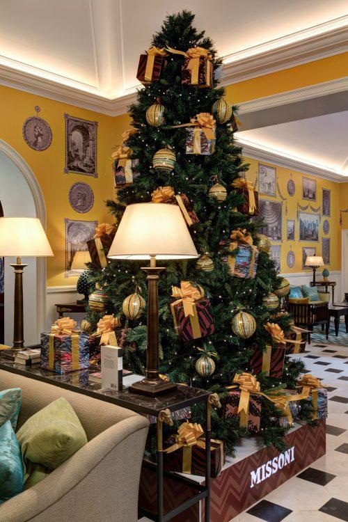 seis arvores de Natal mais luxosas do planeta.Missoni x Hotel de la Ville – Roma, Itália, bolas com as famosas listras da marca