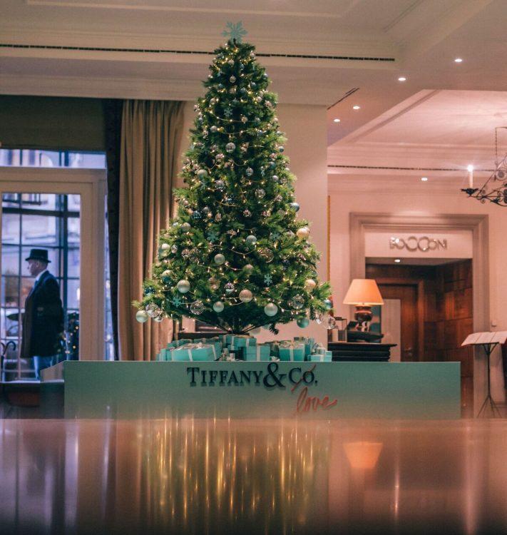 seis arvores de Natal mais luxosas do planeta. Tiffany & Co. x Hotel Amigo – Bruxelas, Bélgica com caixas da cor azul Tiffany